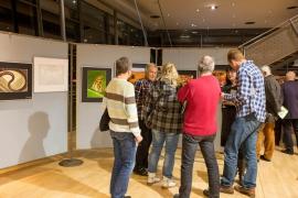 Diskussionen vor den ausgestellten Bildern
